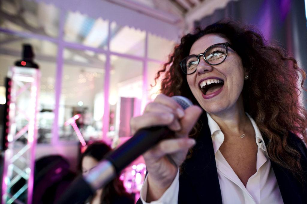 La chanteuse anime un événement en Suisse. Orange Trio Music, le groupe de musique pour animer tous vos événements en Suisse à Genève, Lausanne et Montreux