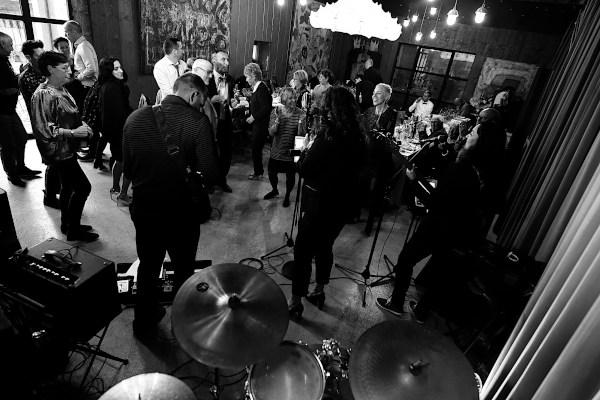 Les musiciens font danser les invités lors d'une soirée privée à Genève
